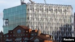 Nova Ambasada SAD na večernjem svetlu, uskoro će biti gotova, u Najn Elmsu, London, 20. oktobra 2017.