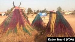 Ces masques sont venus du Bénin pour participer à la fête du Vaudou au Burkina Faso, Ouagadougou, le 12 janvier 2020. (VOA/Kader Traoré)