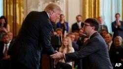 도널드 트럼프 미국 대통령이 18일 백악관에서 로버트 윌키 보훈장관 대행을 장관 지명자로 공식 발표한 후 악수하고 있다.