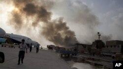 دود ناشی از درگیری نیروهای دولتی پاکستان با مهاجمان در فرودگاه «جناح» در کراچی پاکستان – ۱۹ خرداد ۱۳۹۳