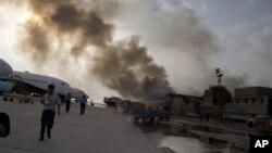 激進分子與警察的槍戰一直持續到星期一早晨,其間聽到幾次巨大的爆炸聲。衝突中燃起大火,照亮了夜空。