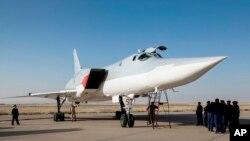 Pesawat jenis Tu-22M3 milik Rusia di pangkalan militer dekat Hamedan, Iran (15/8). Pesawat-pesawat tempur Rusia melangsungkan serangan udara di Suriah pada hari kedua, Rabu (17/8) dari pangkalan ini.