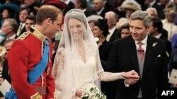 Princ Vilijam i Kejt Midlton pred oltarom u Vestiministerskoj opatiji