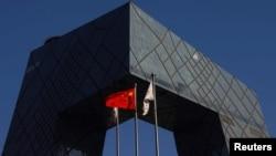 中共官媒央視在總部大樓外的中國國旗。 (2021年2月5日)