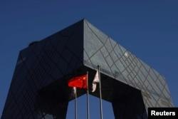 中共官媒央視在總部大樓外的中國國旗。(2021年2月5日)