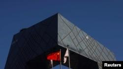 سی سی ٹی وی کے باہر چین کا پرچم لہرا رہا ہے۔ فائل فوٹو