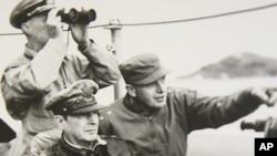 맥아더 장군이 인천상륙작전 중 배에서 전황을 살피고 있다.