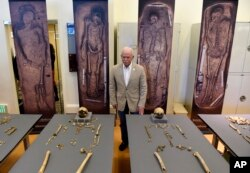 Bill Kelso, director of archaeology at Jamestown Discover, poses with bone fragments four high-status leaders who helped shape the future of America during the initial phase of the Jamestown colony on display at the Smithsonian's National Museum of Natural History in Washington, July 28, 2015