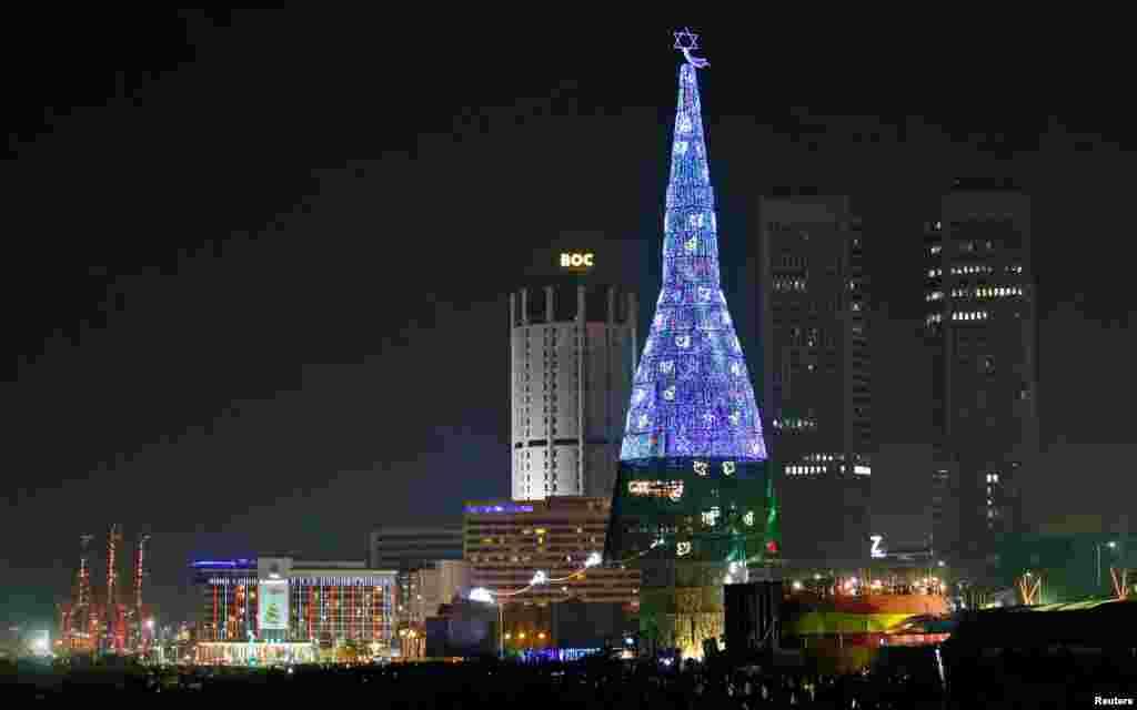 بلندترین درخت کریسمس مصنوعی در دنیا در کشور سری لانکا. این درخت ۷۳ متر ارتفاع دارد.