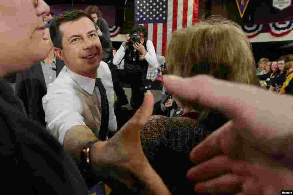 پیت بوتیجج شهردار سابق ساوثبند در ایالت ایندیانا در یکی نشست های انتخاباتی روز دوشنبه در آیووا. این شهردار ۳۸ در چند ماه اخیر توانسته خود را در نظرسنجیها تا جزو چهارنفر بالای دموکراتها بالا بکشد.