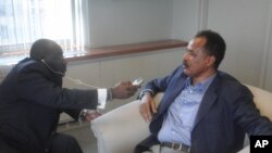 厄立特里亚总统伊萨亚斯·阿费沃尔基在纽约接受美国之音记者彼得·克罗蒂采访