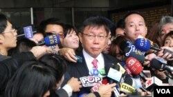 台北新任市长柯文哲在台北市政府门前接受采访(美国之音许波拍摄)