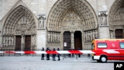 Полиция у входа в Собор парижской богоматери. 21 мая 2013г.