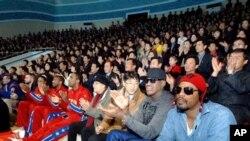 지난 1일 평양에서 돌고래 쇼를 관람 중인 로드먼 일행