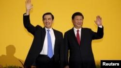 """中国主席习近平和台湾总统马英九在新加坡举行""""历史性""""会晤的时候向记者们挥手致意(2015年11月7日)"""