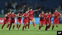 북한이 21일 요르단 암만에서 열린 FIFA 17세 이하 여자월드컵대회 결승전에서 일본을 물리치고 우승했다. 북한 선수들이 우승이 확정된 후 기뻐하고 있다.