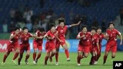 지난 2016년 10월 요르단 암만에서 열린 FIFA 17세 이하 여자월드컵대회 결승전에서 북한 대표팀이 일본에 승리한 후 기뻐하고 있다.