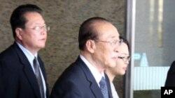 북·중 우호협력원조조약 체결 50주년 기념식에 참가하기 위해 대표단을 이끌고 중국 베이징 서우두공항에 도착한 양형섭(가운데) 북한 최고인민회의 상임위원회 부위원장