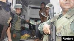 Dalam foto yang dirilis oleh suratkabar Diario el Informador 25 Januari 2013 ini, nampak para tentara bersiap mengevakuasi para korban yang terluka dalam kerusuhan di penjara Centro Occidental (Uribana), Barquisimeto.(REUTERS/Diario el Informador )