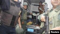Những người bị thương được đưa ra khỏi nhà tù Centro Occidental, ngày 25/1/2013.