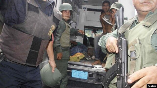 26일 교도소 폭동 중 부상자들을 이송하고 있는 베네수엘라 군인들.