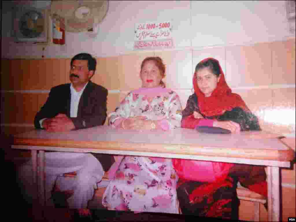 کراچی میں مشن اسکول کا نام ملالہ کے نام پر تبدیلی کی تقریب کے دوران ملالہ یوسفزئی اور ان کے والد نے محکمہ تعلیم سندھ کی دعوت پر کراچی آئے تھے۔
