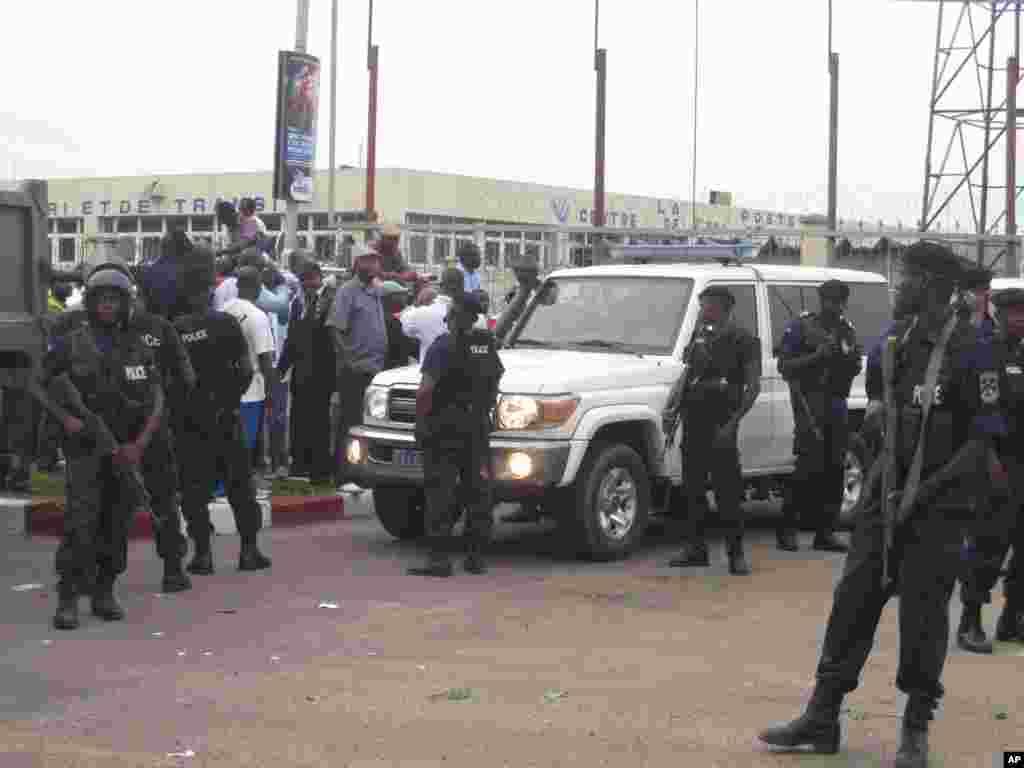 Polisi wakilinda msafara wa magari ya Etienne Tshisekedi mjini Kinshasa.