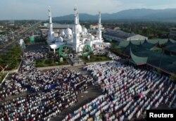Masyarakat Minang melakukan salat Ied di masjid Baiturrahmah di Padang, Sumatra Barat tahun lalu (foto: ilustrasi). Masyarakat Sumbar memegang teguh falsafah 'Adat basandi syarak. Syarak basandi Kitabullah'.