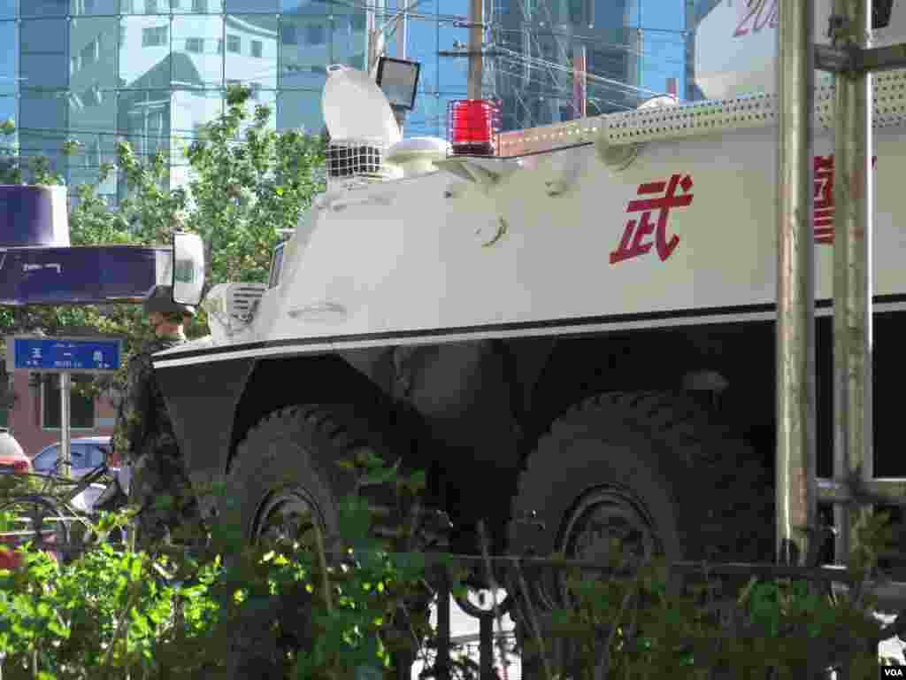 乌鲁木齐五一路路口处警方设置了装甲车和端着刺刀的士兵。(美国之音东方拍摄)