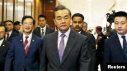 Ngoại trưởng Trung Quốc Vương Nghị đến dự một phiên họp của các bộ trưởng khối ASEAN tại Kuala Lumpur, Malaysia. Ông Vương nói Bắc Kinh đã ngưng hoạt động lấp biển lấy đất trong khu vực.