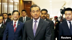 中国外长王毅抵达马来西亚吉隆坡参加东盟外长会议 (2015年8月4日)