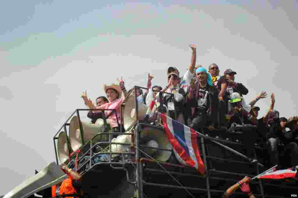 Anti-government protesters stand on a loudspeaker truck in Bangkok, Dec. 3, 2013. (Steve Herman/VOA)