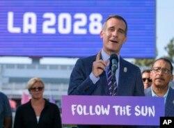 에릭 가세티 미국 로스앤젤레스 시장이 31일 스터브허브센터에서 기자회견을 통해 2028년 하계 올림픽과 패럴림픽 유치를 발표하고 있다.