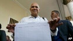 José Torrealba, secretario ejecutivo de la coalición opositora venezolana, mostró a la prensa uno de los formularios necesarios para recoger las firmas para el referendo revocatorio.