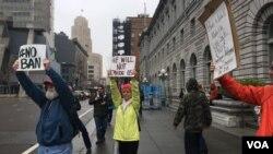 د سانفرانسیسکو د محکمې د ودانۍ پر وړاندې یو شمیر مظاهره کوونکي د اوو هیوادونو اوسیدونکو ته د ویزې د محدویتونو په اړه خپل اعتراض څرگندوي