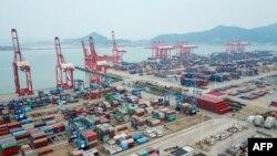 Pelabuhan peti kemas di Lianyungang, di provinsi Jiangsu China timur, 13 Oktober 2020. (Foto: STR / AFP)