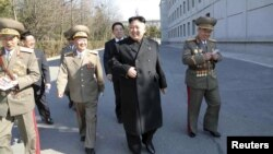 북한 김정은 국방위원회 제1위원장이 지난 9일 제13기 최고인민회의 대의원 선거에서 투표하기 위해 평양 김일성정치대학에 마련된 투표소로 들어서고 있다.