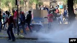 Hàng trăm ủng hộ viên của ông Julius Malema ném chai lọ và gạch đá vào cảnh sát bên ngoài trụ sở chính của Đảng Nghị hội Dân tộc Phi châu ở Johannesburg, ngày 30/8/2011