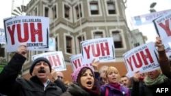İstanbul'da geçen ay sonu yolsuzlukları ve hükümeti protesto eden göstericlier
