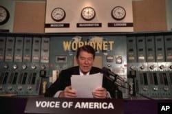 Президент Рональд Рейган виступає з радіозверненням у студії «Голосу Америки» в 1985 році.