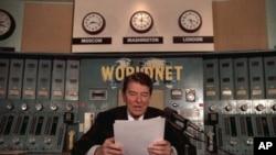 Президент Рональд Рейган выступает с радиообращением в студии «Голоса Америки» в 1985 году.