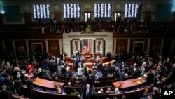 Các dân biểu Hạ viện Mỹ biểu quyết thông qua nghị quyết tiến tục các thủ tục luẫn tội TT Trump. Ảnh chụp ngày 31/10/2019. (AP Photo/Andrew Harnik)