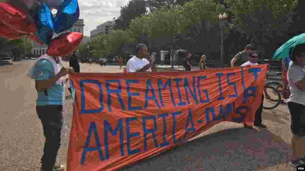 """""""Estados Unidos es soñar"""", dice la manta."""