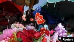 រូបឯកសារ៖ ផ្កាត្រូវបានគេដាក់លក់ក្នុងទិវា Valentine's Day ឬ ទិវាបុណ្យនៃក្តីស្រឡាញ់នៅផ្សារមួយកន្លែងក្នុងរាជធានីភ្នំពេញកាលពីថ្ងៃទី ១៤ ខែកុម្ភៈ ឆ្នាំ២០១៦។ (Reuters)