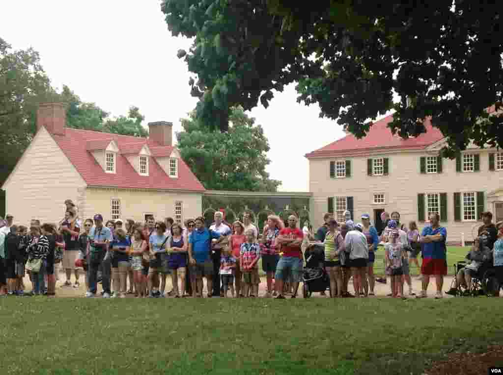民众在华盛顿故居前看表演