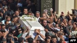 Les chrétiens coptes portent les cercueils des victimes tuées lors d'une attaque un jour plus tôt, après une cérémonie matinale à l'église du Prince Tadros dans la province de Minya, dans le sud de l'Égypte, le 3 novembre 2018.