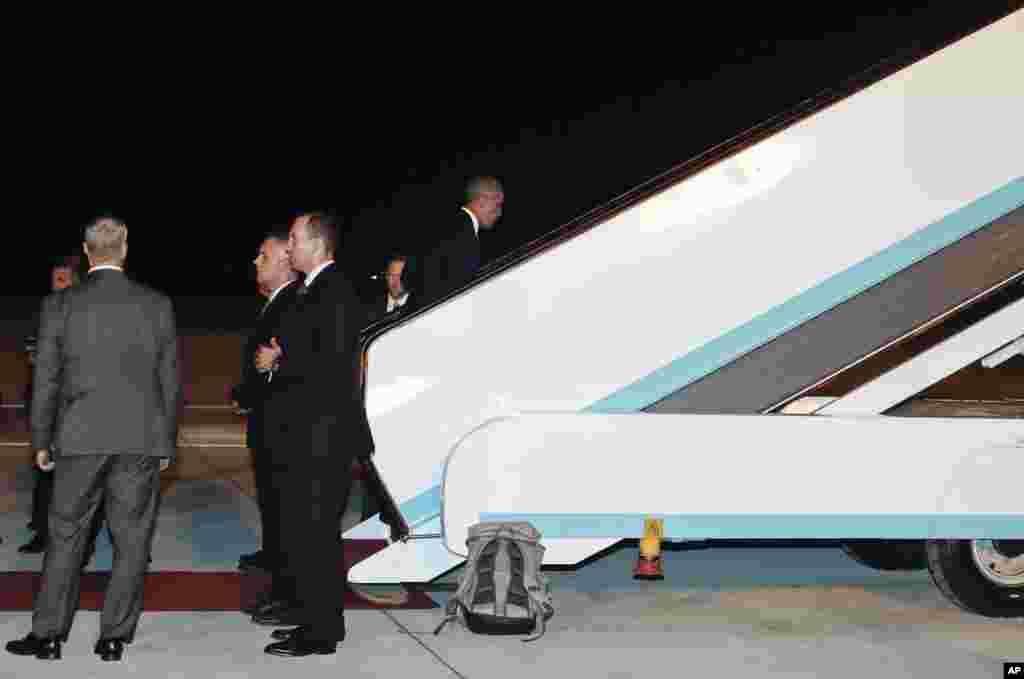在G20杭州峰会结束后,美国总统奥巴马在杭州萧山国际机场走上总统专机空军一号,用的是中方提供的能驾驶的飞机扶梯,这和他到来时的情况不同(2016年9月5日)。到来时,双方之间就此发生了一场风波,请看本图集后面图片的说明词。