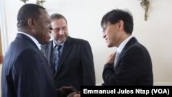 Le Directeur général de Elections Cameroun et un diplomate à Yaoundé, le 27 août 2018. (VOA/Emmanuel Jules Ntap)