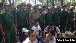 Người biểu tình chống Tập Cận Bình phải đối mặt với lực lượng an ninh đông đảo tại Hà Nội, ngày 5/11/2015. (Ảnh: Danlambao).
