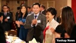 5일 오후 뉴욕동포 간담회 행사장에 입장하며 박수를 받고 있는 박근혜 한국 대통령.